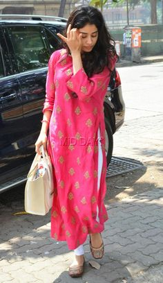 Sridevi and Boney Kapoor s elder daughter Jhanvi Kapoor was snapped outside dance classes in Khar, Mumbai Trendy Dresses, Simple Dresses, Casual Dresses, Fashion Dresses, Women's Fashion, Sari, Indian Dresses, Indian Outfits, Sridevi Daughter