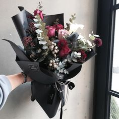 This floral arrangement is so modern. This would look beautiful sitting on the table at our graduation party. How To Wrap Flowers, Fresh Flowers, Beautiful Flowers, Black Flowers, Flower Wrap, Winter Flowers, Bunch Of Flowers, Pink Flowers, Hand Bouquet