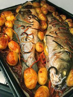 Il Branzino con patate novelle è un secondo piatto di pesce classico ma sempre vincente. Insaporitelo con le erbe aromatiche che più vi piacciono. Baked Whole Fish, Whole Fish Recipes, Seafood Recipes, Cooking Recipes, Fish Stew, Good Food, Yummy Food, Savarin, Fish Dinner