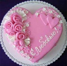 Dort marcipánový * narozeninový -  srdce zdobené růžemi.