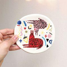 Miriam Brugmann sur Instagram : Etsy shop update >>> 16/11 • ❤️ • #etsy #update #etsyupdate #pratos #plates #ceramica #ceramic #handmade #handpainted #feitoamão… • Instagram Ceramic Clay, Ceramic Painting, Ceramic Pottery, Modern Crafts, Modern Ceramics, Art Installation, Hand Painted Ceramics, Beauty Art, Diy Crafts