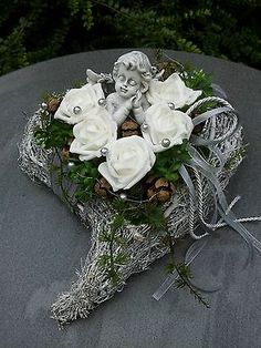Grave Arrangement Grave Jewelry All Saints Day Dead Sunday Heart Angel Rice Heart Rose – Grabschmuck – Wreaths Grave Flowers, Funeral Flowers, Cemetery Decorations, Garden Workshops, Funeral Flower Arrangements, Memorial Flowers, All Saints Day, Wedding Stage, Ikebana