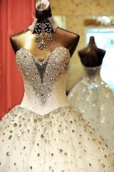 fantasy wedding dress... do notice the necklace too!