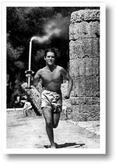 Alle vier Jahr wiederholt sich vor Beginn der olympischen Spiele dasselbe Ritual in Griechenland. Das olympische Feuer wird entzündet und an den Austragungsort der Spiele getragen. Wer denkt diese Tradition hat antiken Ursprung, liegt falsch; es gibt sie erst seit den olympischen Spielen 1936. Vermutlicher Urheber dieser Idee war Carl-Diem. Berlin, 1936. o.p.