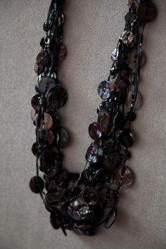 BLACK LACQUERED MOTHER OF PEARL BUTTON TIE-BAND