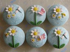 Daisy Cupcakes -- just lovely! Daisy Cupcakes, Spring Cupcakes, Floral Cupcakes, Pretty Cupcakes, Beautiful Cupcakes, Easter Cupcakes, Gorgeous Cakes, Yummy Cupcakes, Garden Cupcakes