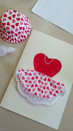Interesting idea for some ocassion.or diy project.or art clas.gonna see, gonna saveTht was discovered by >>Oh my gosh, this is the cutest Valentine's Day card!Cupcake liners on invites Kids Crafts, Preschool Crafts, Diy And Crafts, Paper Crafts, Diy Paper, Mothers Day Crafts, Valentine Day Crafts, Valentines, Tarjetas Diy