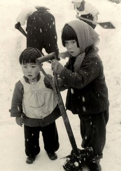 Yamamoto Kansuke 山本 悍右 (1914-1987) Clear a path at snow, Takayama 高山, Japan - 1956 Source : Hansa Tingsuwan Pinterest