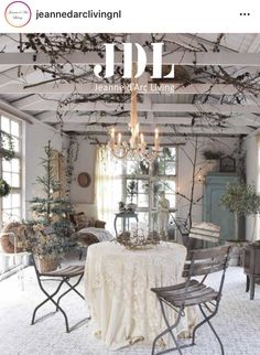 Shabby Chic Outdoor Decor, Shabby Chic Porch, Shabby Chic Style, Farmhouse Christmas Decor, Christmas Home, Cottage Design, House Design, Jeanne Darc Living, Garden Shed Interiors