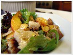 Salada de Rúcula, Queijo de Ovelha e Cabra, Pêssego e Nozes