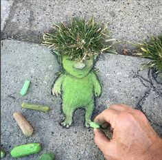 Street art by David Zinn. I need to do this instead of fighting with my weeds. Street art by David Zinn. I need to do this instead of fighting with my weeds. Land Art, Chalk Drawings, Art Drawings, Art For Kids, Crafts For Kids, Art Et Nature, Urban Nature, David Zinn, Sidewalk Chalk Art