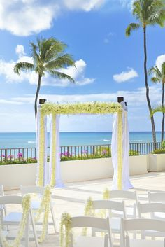 Halekulani Hotel - Hawaii Venues - Classic outdoor beach wedding ceremony venue