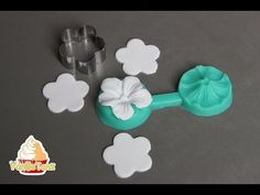 Tutorial small flowers with fondant for decorating cakes Fondant Rose, Fondant Icing, Fondant Flowers, Fondant Molds, Clay Flowers, Sugar Flowers, Small Flowers, Fondant Baby, Fondant Cakes