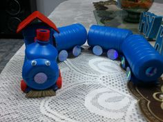 Trencito de juguete hecho con botellas de lejía o cloro.Trenzinho com ma...