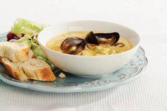 mosselen in curry saus lijkt me erg lekker en snel klaar.   bak verse mosselen (2 kilo) 2 uien 2 eetlepels zonnebloemolie 1 pot Indiase currysaus (400 ml) 1 pakje romige kokosmelk (200 ml) 1 zakje gemengde ijsbergsla (extra (200 g)) 5 eetlepels sladressing yoghurt (fles a 450 ml) 1 stokbroo