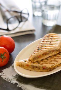 Het recept voor een HEERLIJKE hete tosti met gehakt ook wel vlamtosti genoemd. Makkelijk, lekker en snel klaar. Een ideale lunch! Lunch Wraps, Dutch Recipes, Football Food, Wrap Sandwiches, Cravings, Diet Recipes, Breakfast Recipes, Brunch, Good Food