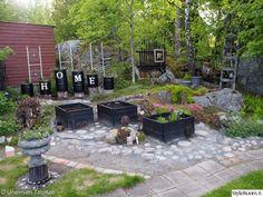 kasvimaa,lavakaulus,tynnyri,edullinen idea,pihaidea Patio, Garden, Outdoor Decor, Home Decor, Garten, Decoration Home, Room Decor, Lawn And Garden, Gardens