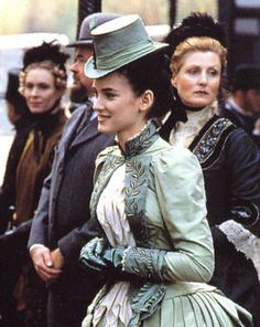 "Mina ( Winona Ryder ) takes a stroll on a London street in this pale green Victorian dress and hat ""Bram Stoker's Dracula"", 1992 Theatre Costumes, Movie Costumes, Cool Costumes, Victorian Steampunk, Victorian Fashion, Vintage Fashion, Victorian Era, Winona Ryder, Mina Harker"