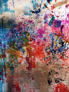 Al ver estas manchas he pensado en una actividad: a partir de salpicaduras de pinturas con diferentes colores, los alumnos deberán crear formas diversas con ceras de colores.