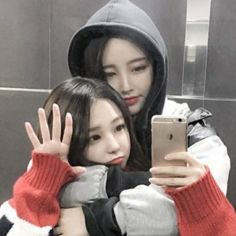 le dio me gusta a tu foto te ha comenzado a… # De Todo # amreading # books # wattpad Ulzzang Girl Fashion, Ulzzang Korean Girl, Cute Korean Girl, Ulzzang Couple, Bff Girls, Girls In Love, Gay Couple, Korean Best Friends, Cute Lesbian Couples