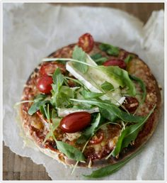 Pizza with arugula and goat cheese
