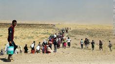 Milhares de Yazidis são escoltados por forças de segurança curdas Peshmerga e Unidade do Povo de Proteção em Mosul, no Iraque, no dia 9 de agosto.