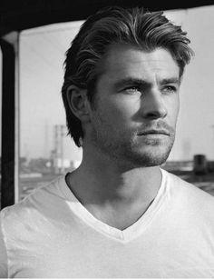 Chris Hemsworth em indiscutível bela foto em preto e branco.