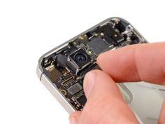 STAP 6  Verwijder de camera aan de achterkant van de iPhone.  Er is een kleine rubberen afdichting die onder de camera aan de achterkant zit. Zorg ervoor dat deze correct wordt geplaatst vóór montage.