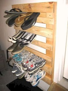 Upcycle and Repurpose DIY Palettenholz Schuhregal . super einfach und so funktional! Make A Shoe Rack, Wood Shoe Rack, Shoe Racks, Wooden Pallets, Wooden Diy, Pallet Wood, Diy Pallet, Wooden Shoe, Pallet Projects