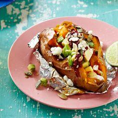 1 Verwarm de oven voor op 180 °C. Besprenkel de zoete aardappels met olijfolie, bestrooi ze met zout en peper, wikkel ze