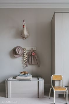 Are you looking for inspiration to decorate your daughter's room? We have 7 phenomenal girls' bedroom ideas for you. From vintage to minimal spaces, you can create a cosy room with a few well-selected products. Pillows, textiles are important to create a warm atmosphere. Lamps, flags, prints and little objects add personality and make the room …