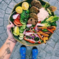 """Another day another bowl filled with goodies 💚 Let's start with the """"mini"""" burger thingy bobs and work our way clockwise 💚 mini's where… Food Design, Clean Eating Recipes, Healthy Eating, Food Porn, Sushi, Luxury Food, Good Food, Yummy Food, Aesthetic Food"""
