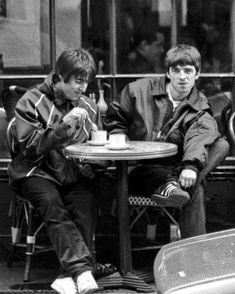 ― Oasis Fans Argentina( 「Amé estas fotos que están dando vueltas por todos lados ❤❤ Rare Pictures, Cool Pictures, Liam Gallagher Noel Gallagher, Oasis Music, Liam And Noel, Oasis Band, Britpop, Wonderwall, Musical