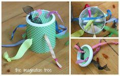 Egy egyszerű papírdoboz és néhány színes szalag kell ehhez a játékhoz, amit aztán bátran húzogathatnak a legkisebbek.