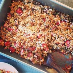 Zomerse rabarber aardbei crumble zonder geraffineerde suikers of boter! Heerlijk met Griekse yoghurt als ontbijt of met een bolletje ijs als toetje.
