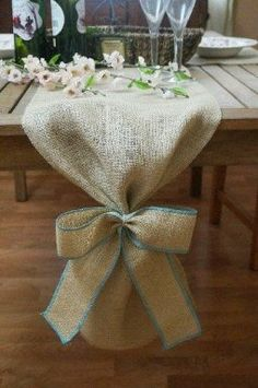 Burlap Table Runner, Plain with Burlap Bow, Colored Thread, Rustic Wedding, Wedd. Burlap Crafts, Burlap Bows, Diy And Crafts, Decoration Buffet, Table Decorations, Wedding Decorations, Wedding Table, Rustic Wedding, Wedding House