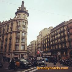 Si ves este edificio, no hay duda: ¡Estás en la Calle Pelai, una de las calles más comerciales de Barcelona! // If you see this building, there is no doubt: You are Pelai Street, one of the busiest streets of