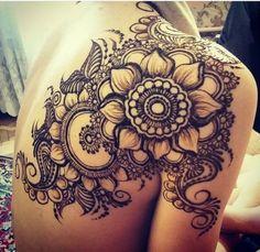 temporäres Blumentattoo am Rücken und Schulter, Frauentattoos, Henna Tattoo Farbe schwarz