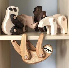 Wooden Sloth Sloths don't like having to move too far, and when they do, they do it slo-o-o-o-o-ly - Woodworking For Kids, Woodworking Projects Diy, Wood Projects, Woodworking Techniques, Popular Woodworking, Woodworking Jigs, Green Woodworking, Woodworking Furniture, Wooden Toy Cars