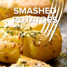 Smashed Potatoes Smashed Potatoes,food Smashed Potatoes are a quick and easy side dish for the weeknight to get you out of your rut! Think a delicious potato with garlic, butter, and Parmesan cheese. Baked Potato Recipes, Oven Recipes, Cooking Recipes, Smashed Potatoes Recipe, Crispy Potatoes, Potatoes In Oven, Potato Side Dishes, Side Dishes Easy, Burger Side Dishes