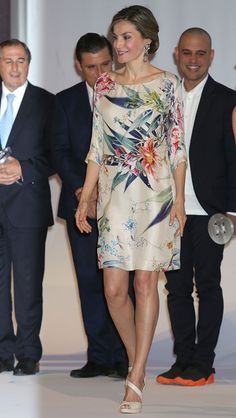 Queen Letizia of Spain attends the National Fashion Awards at Museo del Traje on July 2016 in Madrid, Spain. Simple Dresses, Elegant Dresses, Beautiful Dresses, Nice Dresses, Queen Letizia, Floral Tunic, Royal Fashion, Dress Skirt, Cool Outfits