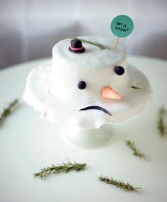 DIY Melted Snowman Cake | #christmas #holiday #xmas #christmasinjuly #summer #beach #baking #holidaytreats