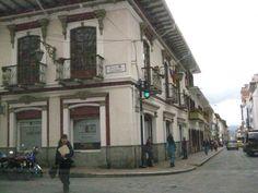 Cuenca Colonial Arquitecture: bicolor building