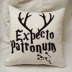 Harry Potter Diy, Natal Do Harry Potter, Draco Malfoy, Bar B Que Pits, Expecto Patronum Harry Potter, Ivory Bedroom, Harry Potter Christmas Ornaments, Harry Potter Aesthetic, Decorative Cushions