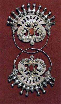 Turkmenistan | Gulak-khalkah earrings from the Yomud people | Late 19th century | Silver, stamped and engraved, with cornelians