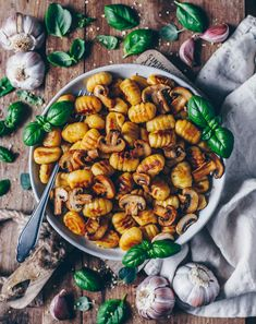 Crispy roasted Gnocchi with Garlic Mushrooms (vegan) - Bianca Zapatka Veggie Recipes, Pasta Recipes, Vegetarian Recipes, Cooking Recipes, Healthy Recipes, Vegetarian Options, Mushroom Recipes, Vegan Gnocchi Recipe, Gluten Free Gnocchi