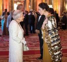 The Queen greets Jacinda Ardern in the blue drawing room at Buckingham Palace on Thursday. Maori Patterns, Blue Drawings, Maori Designs, Kiwiana, Who Runs The World, Buckingham Palace, Cloak, British Royals, Wearable Art