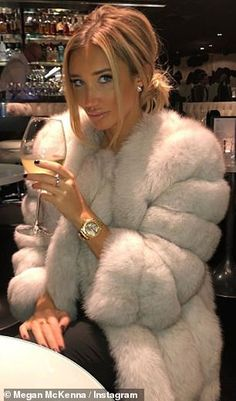 Megan McKenna SLAMMED as she flaunts FUR coat - Fur-get it! Megan McKenna has been slammed by fans on social media for sporting a real fur coat on a decadent pre-Christmas day out Source by - Classy Winter Outfits, Winter Fashion Outfits, Autumn Winter Fashion, Casual Outfits, Megan Mckenna, Fur Fashion, Look Fashion, Fur Coat Outfit, Foto Casual