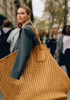 I recently spotted an XXXXXXL bag in my social media feed and it immediately stopped me in my scroll. I thought the same thing you're probably thinking right now: WTF? Expensive Handbags, Women Accessories, Fashion Accessories, Big Purses, Diy Tote Bag, Big Bags, Cute Diys, Knitted Bags, Fashion Bags