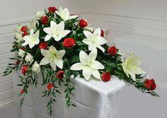 Kistedekorasjon, røde roser og hvite liljer